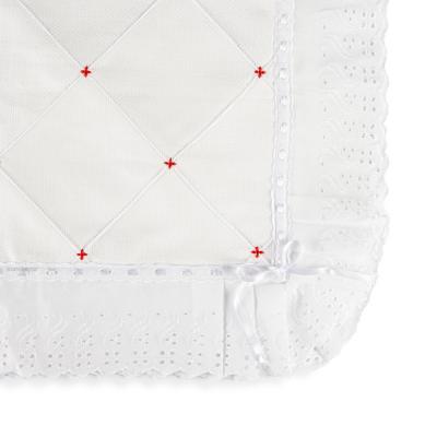 manta-piquet-com-bordado-ingles-branco-e-vermelho
