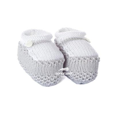 sapatinho-de-trico-com-botao-cinza-e-branco